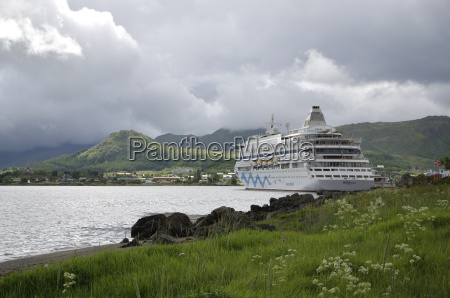 cruise ship at lekneslofoten