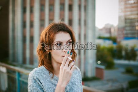 mujer cigarrillo personas gente hombre mano